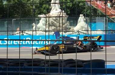 Ajang Balapan Mobil Formula 'Tanpa Sopir' Berujung Kecelakaan