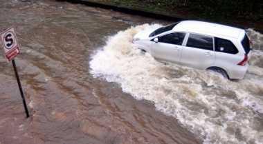 Perhatikan Hal Ini jika Terpaksa Melajukan Mobil di Genangan Air
