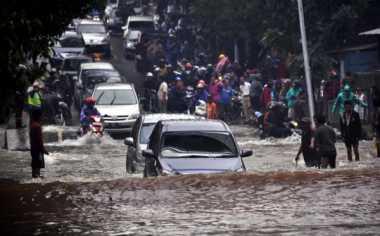 JAKARTA BANJIR: Hujan Deras Mengalir Kencang di Media Sosial