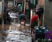 Banjir Surut, Warga Cipinang Melayu Mulai Bersih-Bersih