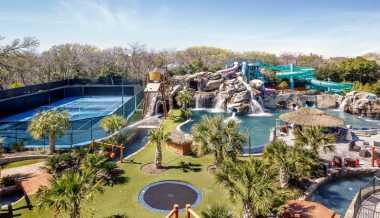\Rumah Mewah Ini Punya Water Park hingga Garasi 10 Mobil!\