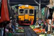 Menegangkan, Pasar di Thailand Buka Lapak di Jalur Kereta