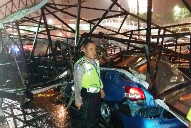Baliho Roboh di Slipi Timpa Mobil, Jalan Tak Bisa Dilewati