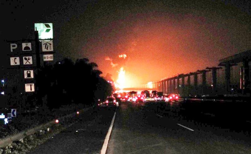 <i>BREAKING NEWS</i>: Truk Tangki Pertamina Terbakar di Tol Jagorawi!