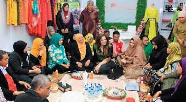 \Pedagang dan Pengusaha Malaysia Pelajari Batik Medan\