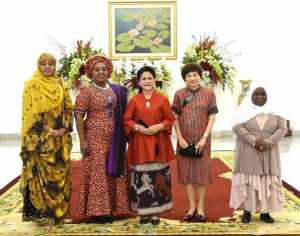IORA: Ibu Negara Iriana Joko Widodo Tukar Cara Pakai Jilbab dengan Istri Presiden Afsel