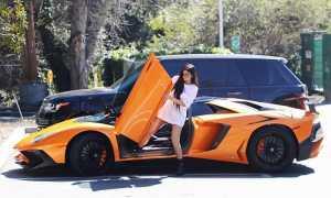 Si Seksi Kylie Jenner 'Taklukkan' Lamborghini Aventador