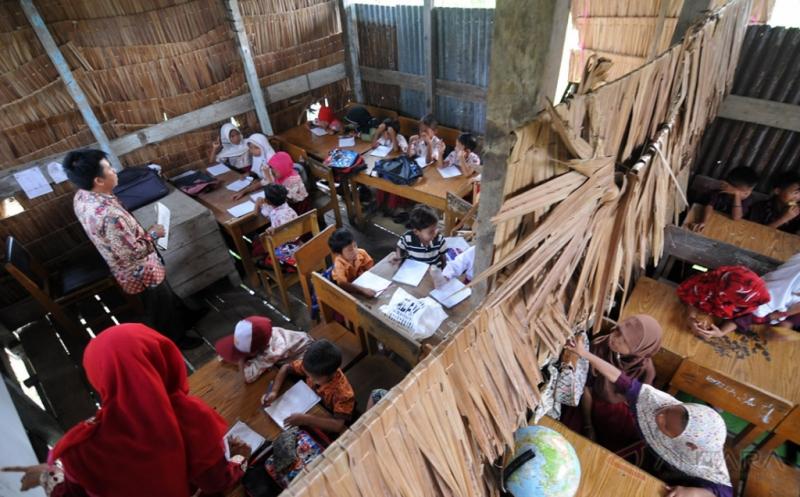 Miris, Puluhan Siswa Belajar di Sekolah Berdinding Bambu & Berlantai Tanah