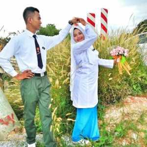 Unik, Pasangan di Malaysia Menikah dengan Baju Seragam Sekolah