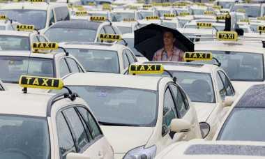 \BUSINESS SHOT: Tarif Taksi Online dan Kuota Diatur, Grab Cs Meradang\