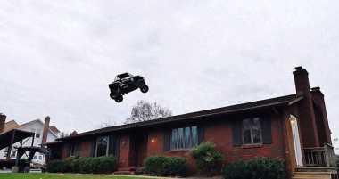 Gokil, Pria Ini Lompati Rumah Pakai Mobil Offroad