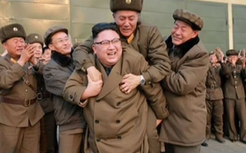 Waduh! Siapa Pria yang Berani 'Tunggangi' Kim Jong-un Ini?