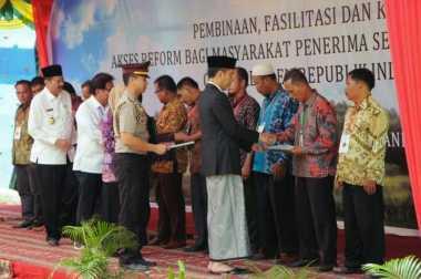\   Serahkan 1.158 Sertifikat, Jokowi: Ini Bukti Kepemilikan Tanah NKRI\