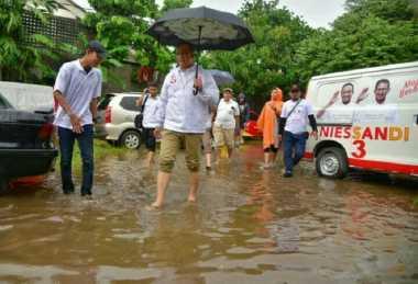 Viral Foto Anies Baswedan Bawa Payung dan Bersandal Jepit saat Banjir