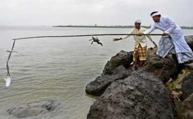Umat Hindu Surabaya Melasti di Pantai Arafuru