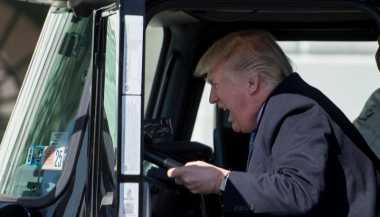 Ketika Donald Trump 'Nyetir' Truk