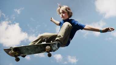 Waduh, Bocah-Bocah Ini Main Skateboard dengan Pantat
