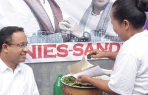 Senyum Merekah Anies Baswedan saat Makan Pecel Sayur Bukde Tin