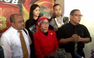 FOTO: Kesal Proses Hukum Lambat, Ibu Kiswinar Curhat di Facebook