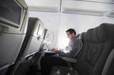 Postel AS Cabut Usulan Izin Gunakan Ponsel di Pesawat