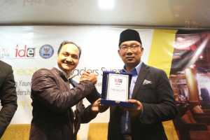 Ridwan Kamil Raih Penghargaan Man of the Years dari IDE