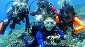 HARI KARTINI 2017: Nadine Chandrawinata Sadarkan Wisatawan Pentingnya Jaga Kebersihan Laut Indonesia