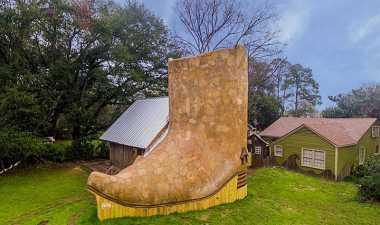 \Rumah Berbentuk Sepatu Koboi Ini Disewakan Rp15 Juta per Bulan\