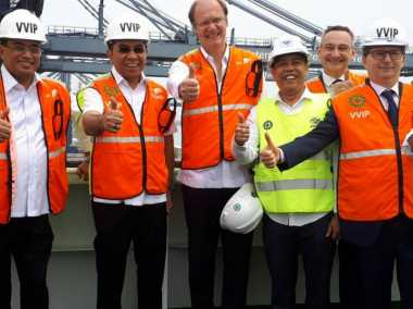 \BUSINESS HITS: Kapal Raksasa Bersandar, Pelabuhan Priok Catatkan Sejarah\