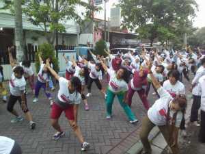 Semangat.. Ratusan Warga Surabaya Ikut Senam Sehat Bersama Kartini Perindo