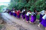 Hebat! Puluhan Siswi di India Bahu-membahu Tarik Bus yang Terjebak di Lumpur dan Menginspirasi Dunia