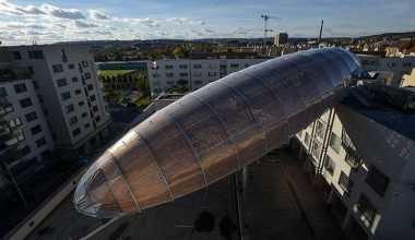 \Wow, Pesawat Ini Nempel di Atas Sebuah Bangunan\