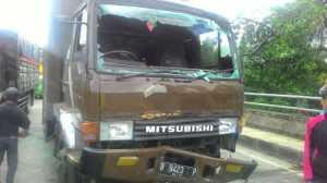 Diduga Rem Blong, Truk Air Mineral Tabrak 5 Kendaraan di Jalan Raya Bogor-Sukabumi