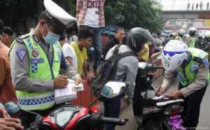 Tak Pakai Helm di Jalan Raya, 3 Anggota Polri Kena Tilang