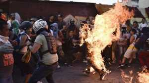 Seorang Demonstran Anti-Presiden Venezuela Nyaris Tewas Terbakar saat Gelar Aksi