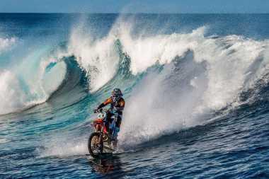 Edan! Pria Ini Pecahkan Rekor Kendarai Motor di Laut