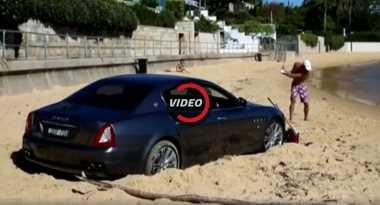 Aneh, Pria Ini Parkir Sedan Mewah di Tengah Pantai Sambil Main Golf