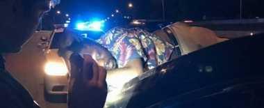 Wow... Pria Mabuk Ini Tidur di Kap Bagasi Mobil Sedan yang Berjalan Sejauh 22 Km