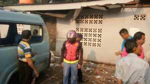 Tanpa Garis Polisi, Warga Berkerumun di Lokasi Ledakan Kampung Melayu