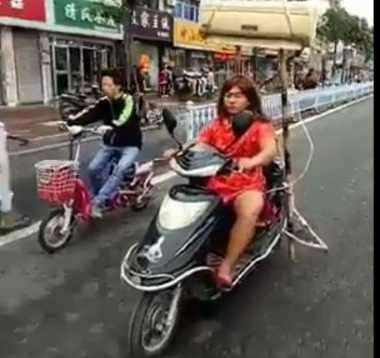 Unik! Lady Biker Ini Pasang AC di Sepeda Motornya