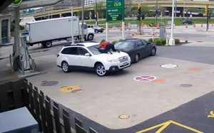 VIDEO: Gokil! Melissa Gagalkan Pencurian Mobil dengan Berpegangan pada Wiper