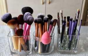 Menghadap ke Atas, Cara Benar Menaruh Kuas Make-Up