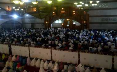 Gubernur Aher Tarawih Bersama Ribuan Umat Muslim di Masjid Pusdai