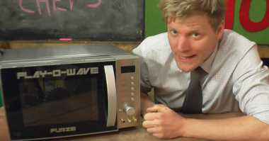 Keren, Youtuber Ubah Microwave Jadi Konsol Game