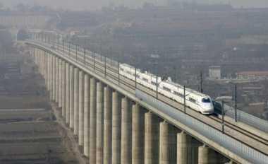 \BUSINESS HITS: Pro-Kontra Pembangunan Kereta Cepat Jakarta-Bandung   \