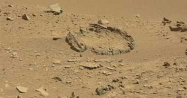 Batu Berbentuk Lingkaran Ditemukan di Mars Diduga Buatan Alien