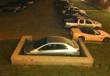 Kejadian Lucu Parkir Mobil di Berbagai Negara