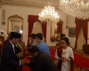 \BUSINESS HITS: Pakai Kombinasi Putih-Merah, Sri Mulyani Tampil Cantik saat Open House\
