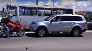 Aksi Berani Bikers Paksa Mobil Mundur karena Melawan Arah