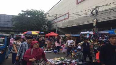 Pasar Tanah Abang Tutup, Pedagang Cari Untung di Emperan