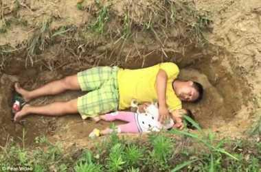 VIDEO: Ayah yang Putus Asa Ajak Anak ke Kuburan Setiap Hari